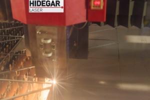 Máquina de corte laser cortando