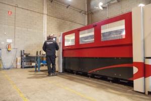Operario trabajando con maquina de corte laser