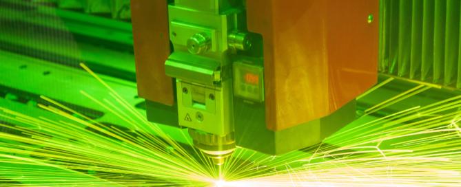 Máquina de corte laser trabajando 2