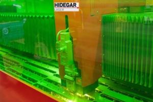 Máquina de corte laser trabajando